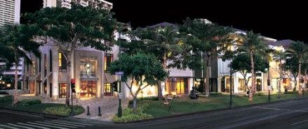 A linda Kalakaua Avenue, com inúmeras opções de lojas e restaurantes.